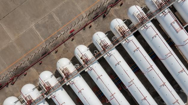 Luftbild natürlicher weißer gastank und pipeline, tanklager für chemische petrochemie-raffinerieprodukte bei öl- und gasspeicherterminalunternehmen.