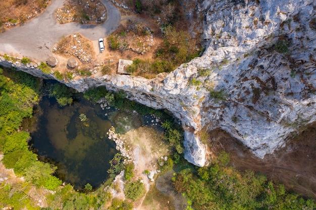 Luftbild naturlandschaft bergfelsen und hoher klippenstein