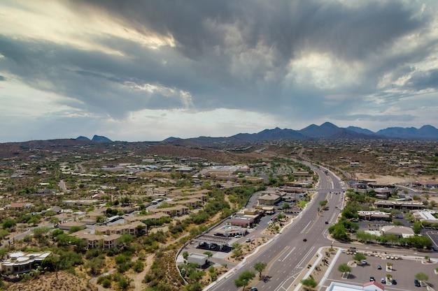 Luftbild-panorama eines kleinen wohnviertels in fountain hills in einer vorstadtentwicklung in der nähe der bergwüste in arizona us