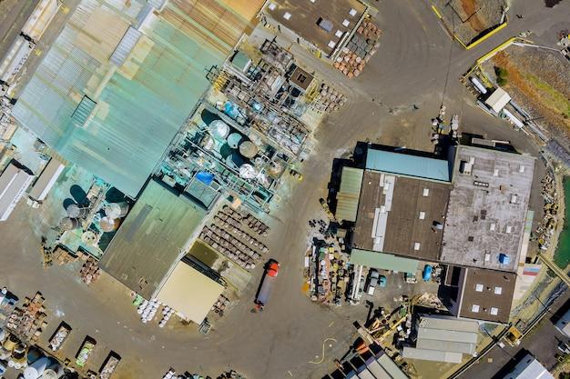 Luftbild produktionsgebäude der chemischen industrie mit tanks für die lagerung
