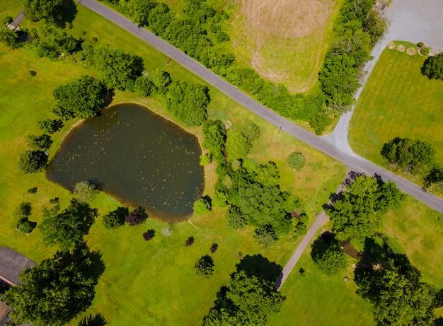 Luftbild schöner bauernhoffelder landschaftlicher see von oben vom höhenland