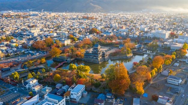 Luftbild sonnenaufgang von matsumoto castle in nagano city, japan.
