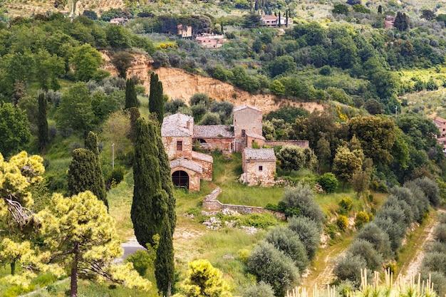 Luftbild toskana landschaft dorfhäuser verlassene burg von den mauern von montepulciano . gesehen