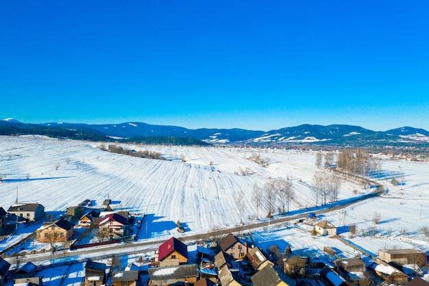 Luftbild über privathäusern im winter.