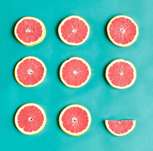 Luftbild von bunten zitrusfruchtscheiben