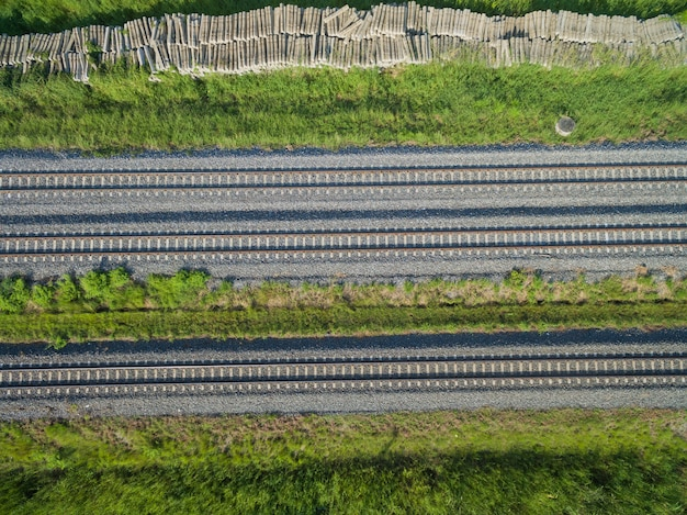 Luftbild von fliegenden brummen von eisenbahnschienen, zug