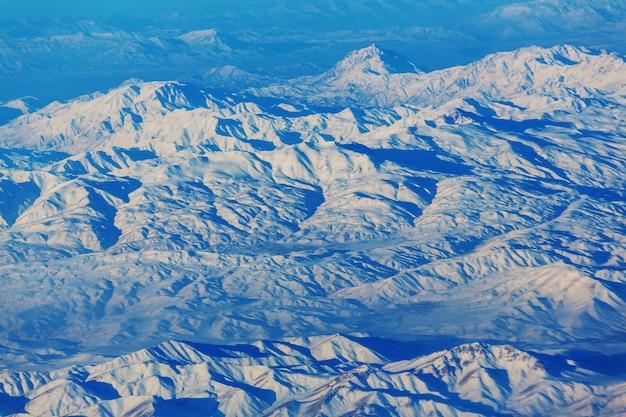 Luftbild von flugzeugen, die in großer höhe fliegen. landschaft von oben.