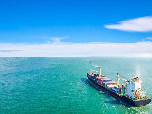 Luftbild von frachtschiffen, die mitten im meer verkehren, werden container zum hafen transportiert. import export und versand business logistik und transport von international per schiff