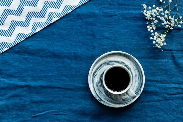 Luftbild von heißen kaffee trinken