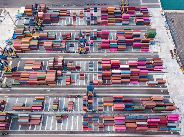 Luftbild von logistik und transport von container-frachtschiff und crane bridge. import- und exportgeschäfts-versandkonzept.