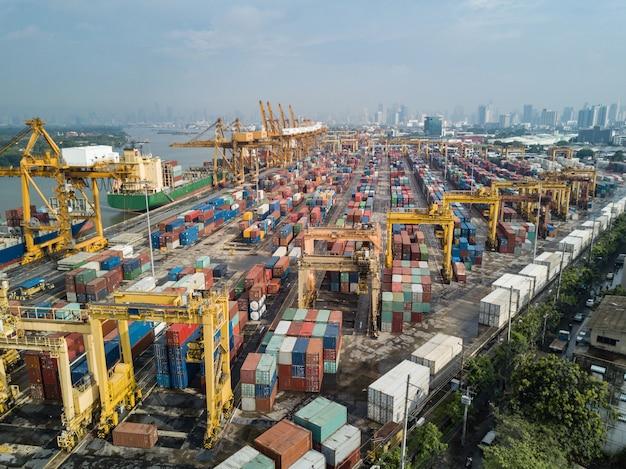 Luftbild von logistik und transport von containerfrachtschiff und kranbrücke