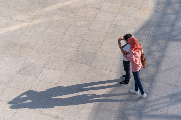 Luftbild von menschen gehen auf dem gehweg vor dem einkaufszentrum in der stadt