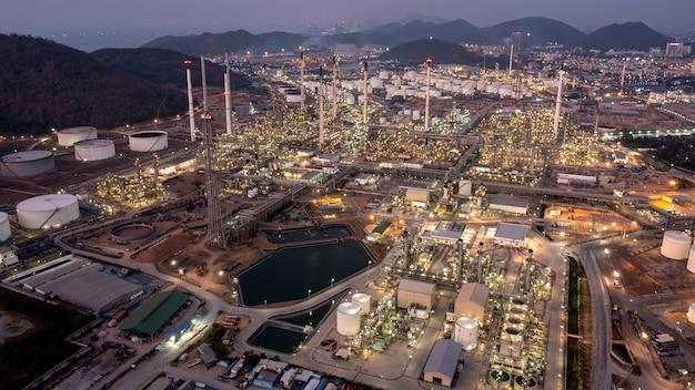 Luftbild von oben auf dem hintergrund der öl- und gasraffinerie in der dämmerung, petrochemische industrie für unternehmen, öl- und gasfabrik der raffinerie
