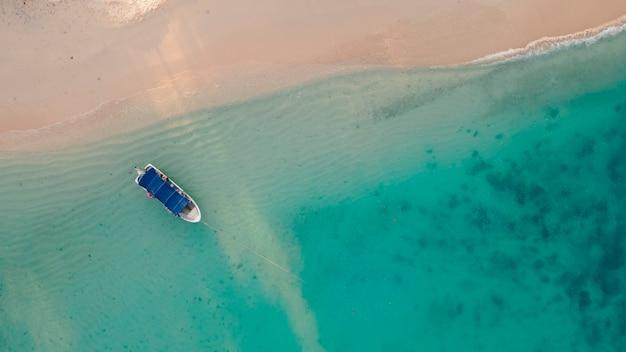 Luftbild von oben auf den bootsparkplatz am klaren blauen meeresstrand