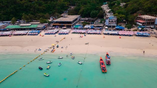 Luftbild von oben auf den wunderschönen tropischen strand mit weißem sand und türkisfarbenem klarem wasser, viele boote auf der insel tawaen beach ko larn, chon buri thailand