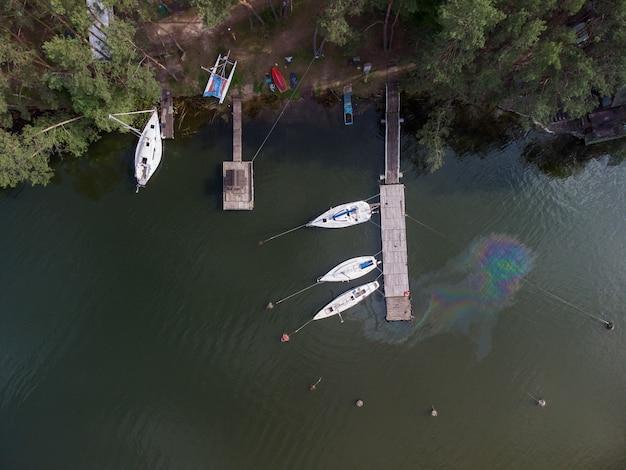 Luftbild von oben auf eine wasserverschmutzung. ölfleck auf dem wasser von der yacht. umweltkatastrophe.