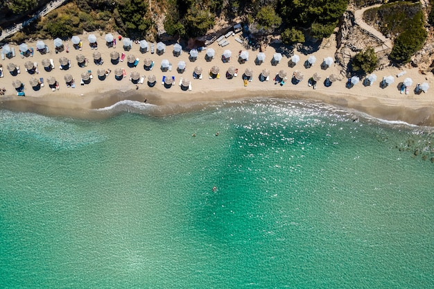 Luftbild von oben mit einer drohne auf den tropischen strand von voulisma beach