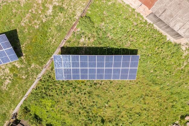 Luftbild von sonnenkollektoren im ländlichen gebiet.