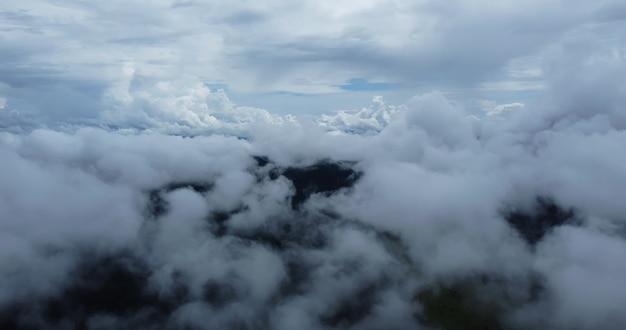 Luftbild weiße wolken. blick von der drohne. luftbild wolkengebilde. von oben betrachten. sonnenaufgang oder sonnenuntergang über wolken.