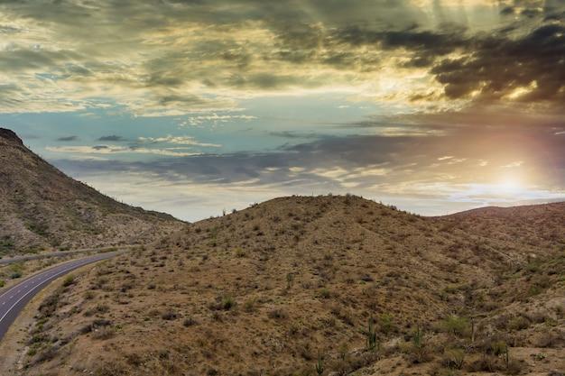 Luftbildabenteuer reisende wüstenstraße der asphaltstraße über die trockenen wüsten von arizona mountains