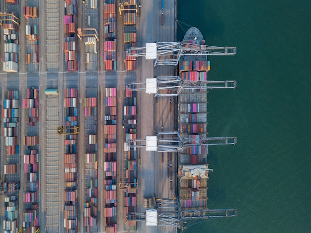 Luftbildaufnahme von export- und importgütern des handelshafens und tausenden von containern im hafen