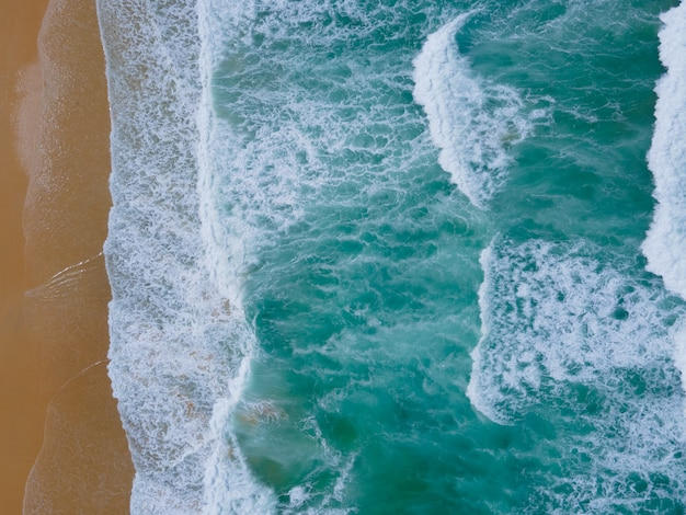 Luftbildaufnahme von oben nach unten drohnenkamera über strandsand und meerwasser klares naturfoto