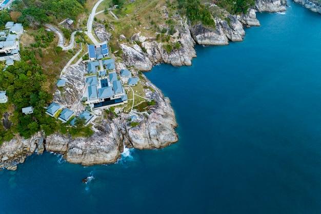 Luftbildfoto aus der vogelperspektive des modernen landhauses auf berg-badeort