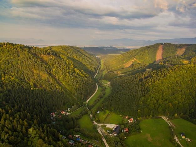 Luftbildfotografie mit kurvenreicher straße