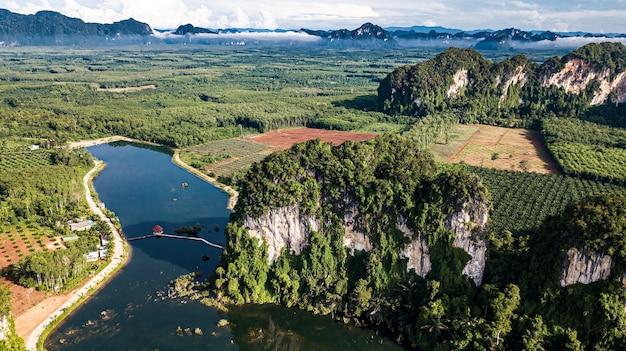 Luftbildlandschaft des berges in krabi thailand