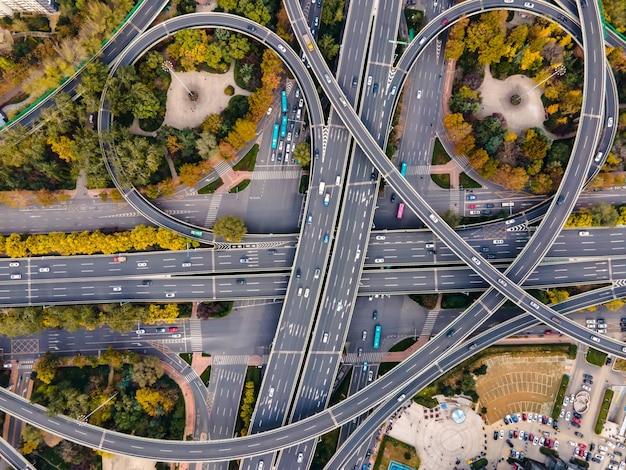 Luftbildüberführungen in modernen chinesischen städten Premium Fotos