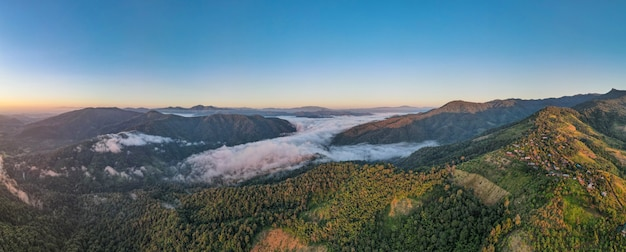 Luftbildwald im morgennebelnebel, atmende berge, sonnenschein auf dem morgennebel. (huay hub kab) chaing mai thailand.