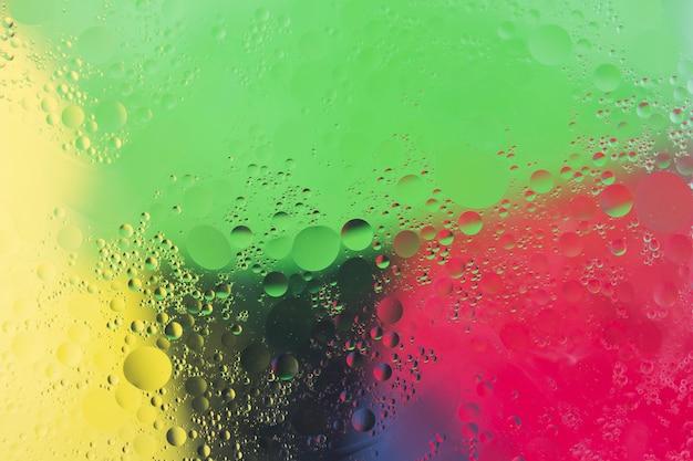 Luftblasen über dem bunten aquarellhintergrund