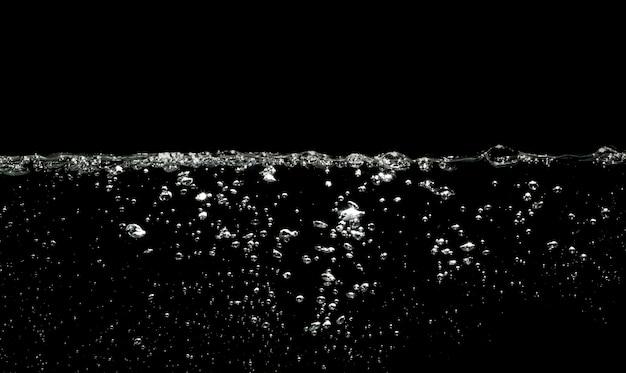 Luftblasenwasser auf schwarzem hintergrund