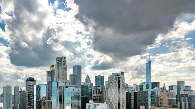 Luftbrummenansicht der chicago-skyline von oben, stadt von im stadtzentrum gelegenen wolkenkratzern chicagos und michigansee-stadtbild, illinois, usa