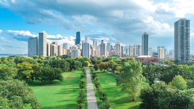 Luftbrummenansicht der chicago-skyline von oben, vom michigansee und von der stadt der im stadtzentrum gelegenen wolkenkratzerstadtbildvögel von lincoln park, illinois, usa