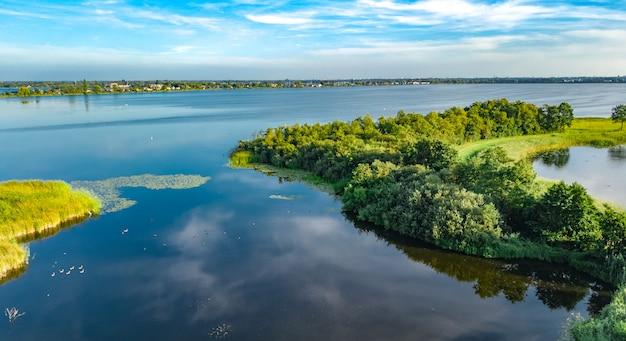 Luftbrummenansicht des weges auf verdammung im polderwasser von oben, landschaft und natur von nordholland, die niederlande