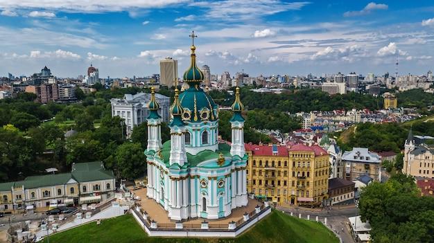 Luftbrummenansicht von st andrew kirche und andreevska-straße von oben, stadtbild von podol-bezirk, stadt von kiew (kyiv), ukraine