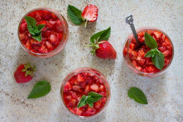 Luftdessert mit erdbeeren, mascarpone und erdbeergelee in gläsern