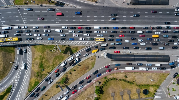 Luftdraufsicht der straßenkreuzung von oben, des automobilverkehrs und des staus vieler autos, transportkonzept