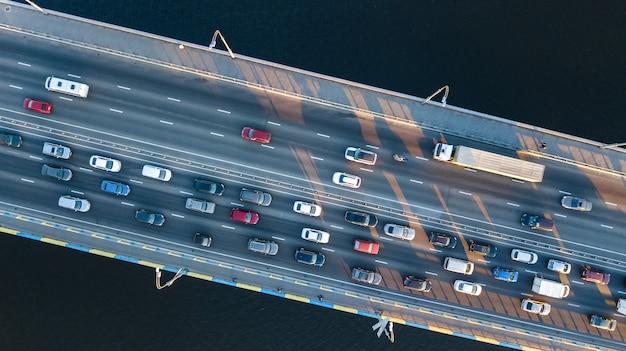 Luftdraufsicht des brückenstraßenautomobilstaus vieler autos von oben, stadttransportkonzept
