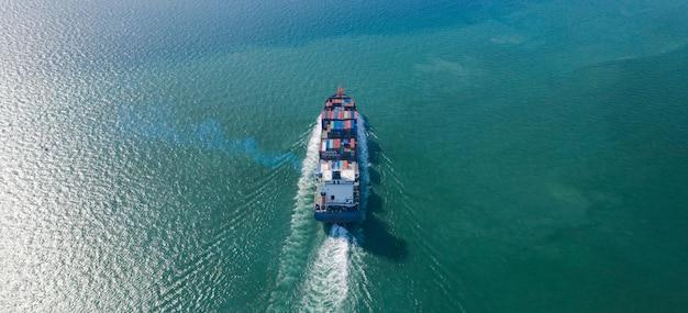 Luftdraufsicht des großen containerfrachtschiffs im export- und importgeschäft und in der logistik in meer