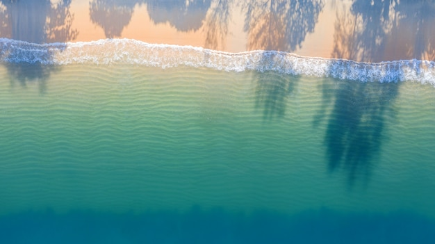 Luftdraufsicht des strandes mit blauem wasser des smaragdwasser- und wellenschaums des schattens auf tropischem meer