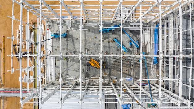 Luftdraufsichtbaustelle mit industriemaschinengebäude für neue fabrikgebäude.