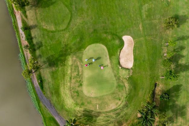 Luftdraufsichtfoto vom fliegenbrummen des golfplatzes