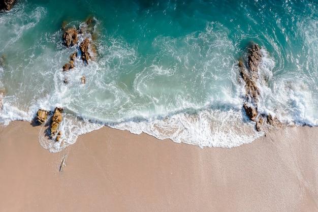 Luftdrohne draufsicht menge glücklicher menschen entspannen sich am tropischen strand mit sonnenuntergang in phuket, thailand. ferien-sommer-konzept