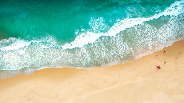 Luftdrohne draufsicht menge glücklicher menschen entspannen sich am tropischen strand mit sonnenuntergang in phuket, thailand,