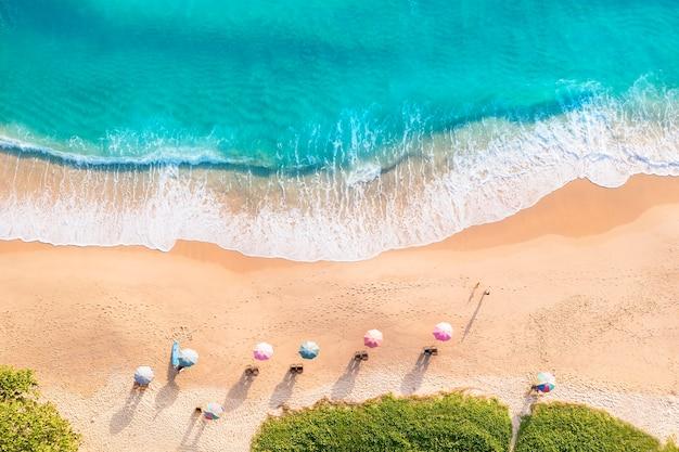 Luftdrohne draufsichtmenge glücklicher menschen entspannen sich am tropischen strand mit sonnenuntergang in phuket thailand