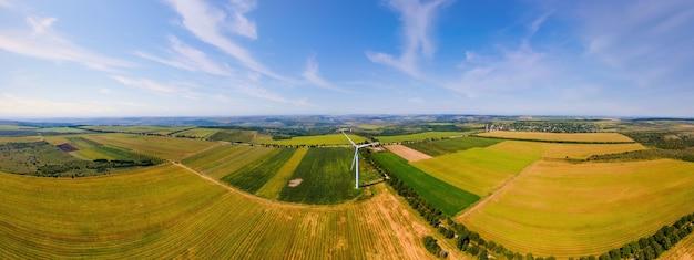 Luftdrohne-panoramablick auf die funktionierende windkraftanlage in moldawien weite felder drumherum