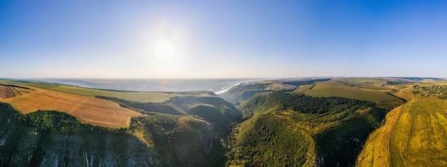 Luftdrohne-panoramablick auf die natur in moldawien. tal, fluss, weite felder