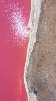Luftdrohne von oben nach unten foto eines natürlichen rosa sees und der küste genichesk
